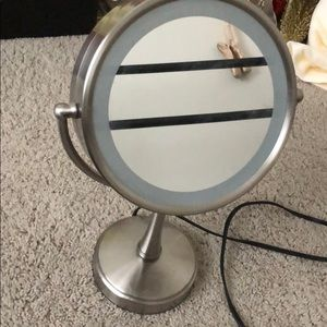 Dual sided make up mirror with 3 light settings
